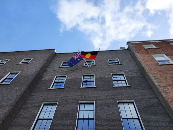 L'ambaixada australiana fa onejar la bandera aborigen