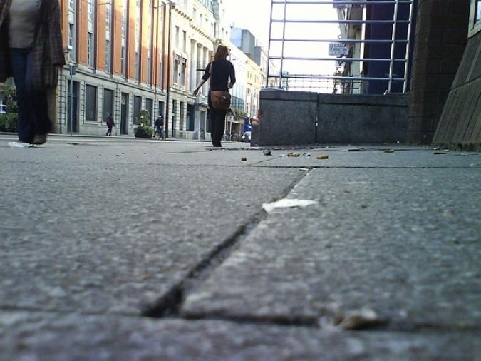 Cork aprofita la calma per a desenganxar xiclets de terra