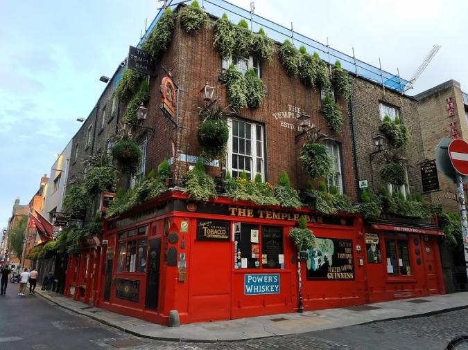 El govern diu que els pubs podrien obrir a mitjan estiu