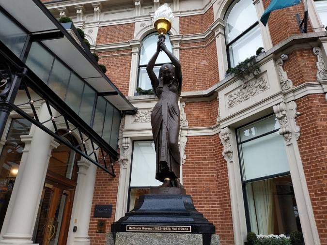 El Shelbourne retira quatre estàtues negres per si de cas