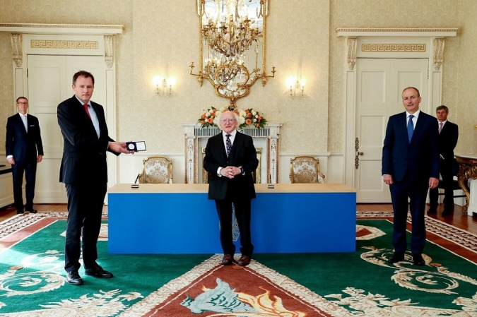 Micheál Martin prova sort amb Charlie McConalogue