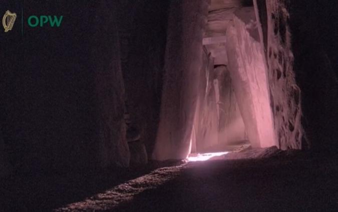 Newgrange: cambra il·luminada durant el primer dia