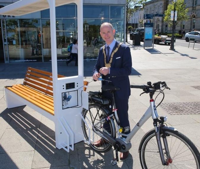 Els bancs de Dún Laoghaire recarregaran mòbils i bicis